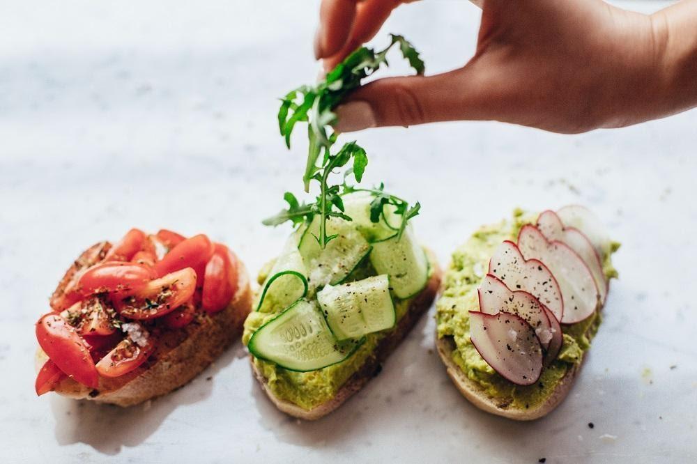 gezonde broodjes met tomaat, avocado, courgette en radijs